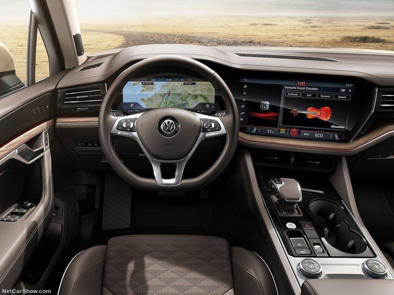 интерьер и дисплей Volkswagen Touareg новый
